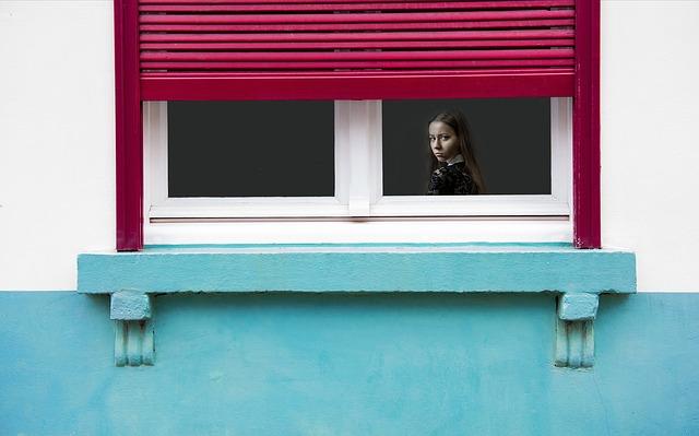 holka za oknem.jpg