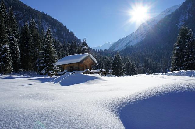 zasněžená chatka