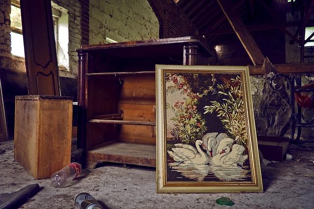 starý nábytek na půdě
