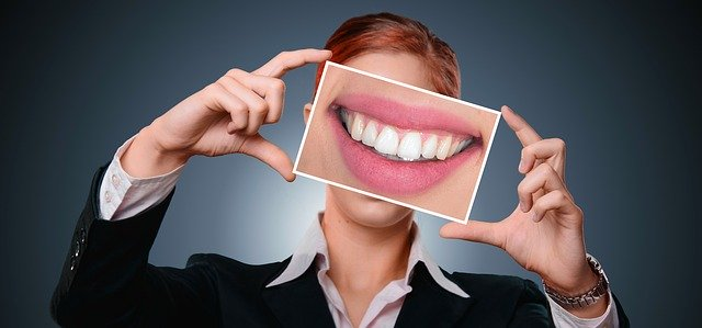 žena s obrázkem zdravých zubů